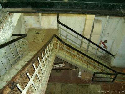 Лестница грузового входа, ведущая вниз на верхний этаж технического здания