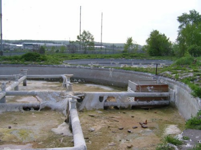 Осушенные после остановки станции брызгальные бассейны. Май 2005 г.