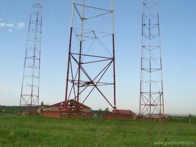 Основание башни. Домик справа - технический антенный павильон