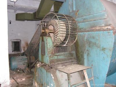 Один из вентиляционных агрегатов. На заднем плане вход в вентиляционный канал