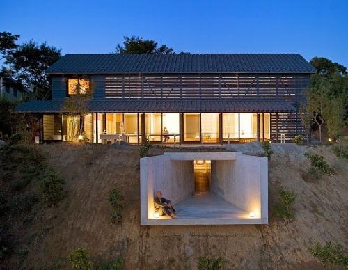 Дом с подвальным балконом