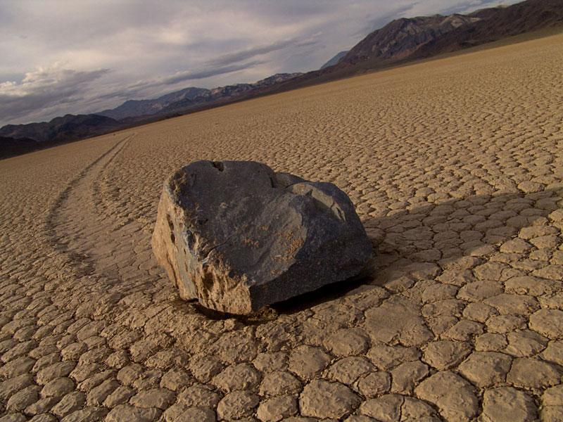 Движущиеся камни Долины смерти , Cтроительство бункера и выживание