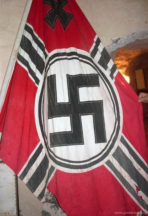 Знамя фашистской Германии в бункере Роммеля.