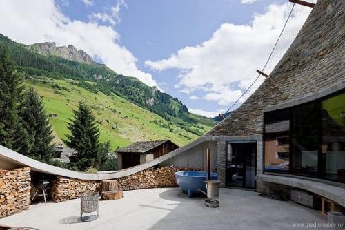 Швейцарский дом внутри холма