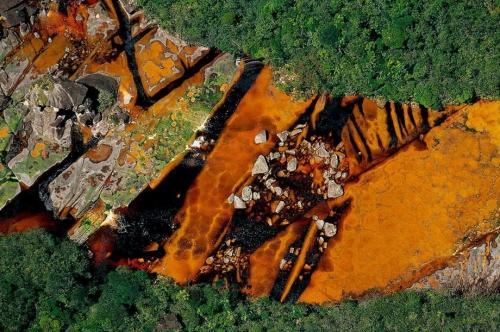 Река Чурун на Горе Дьявола Ауянтепуи в Венесуэле, питающая самый высокий водпад мира Анхель