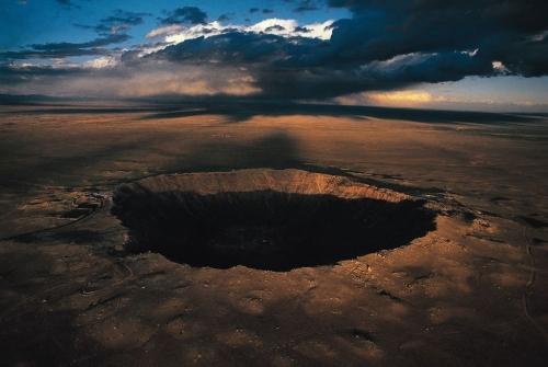 Кратер Баррингер , Северная Аризона, США. Это точка падения метеорита, обнаружили его в 1871 году, 170 м глубиной и 1,2 км в диаметре. Метеорит столкнулся с Землей 50.000 лет назад на скорости 39000 миль в час (64 000 км / ч).