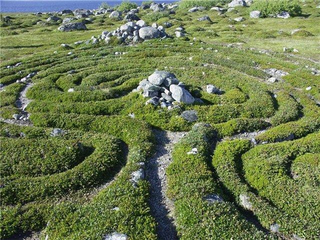 загадочные лабиринты, выложенные камнями