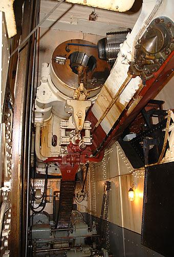 """Внутри башни, самая верхняя палуба (орудийный уровень). На снимке казённая часть 12"""" орудия с открытым затвором (снимок со 2-й палубы). Ствол Обуховского сталелитейного завода 1911 г., С.А. (сухопутная артиллерия), №105, 12 дм., 52 К (длина в калибрах)."""