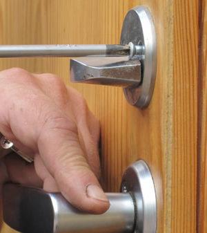 Замена-дверных-замков-2
